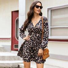 Kleid mit Leopard Muster, tiefem Kragen und Rueschenbesatz