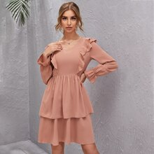 Kleid mit Rueschen, Glockenaermeln und mehrschichtigen Saum