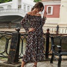 Schulterfreies mehrschichtiges Chiffon Kleid mit Blumen Muster und Ruesche