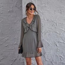 Kleid mit Glockenaermeln, Rueschenbesatz und komplettem Muster