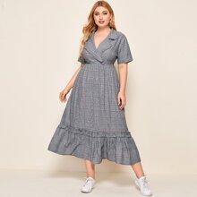 Kleid mit eingekerbtem Kragen, Raffungsaum und Karo Muster