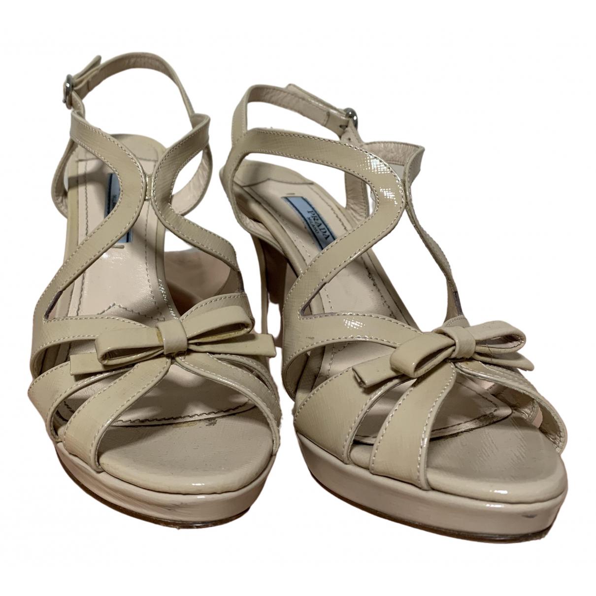 Prada \N Sandalen in  Beige Lackleder