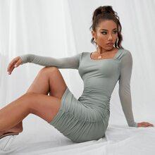 Figurbetontes Kleid mit Netzstoffaermeln und Ruesche