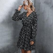 Kleid mit Bluemchen Muster, Guertel und Schosschenaermeln