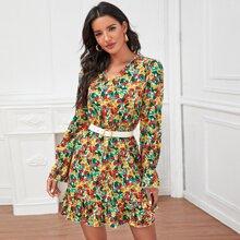 Kleid mit Blumen Muster und Rueschenbesatz ohne Guertel