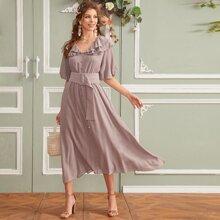 Einreihiges Kleid mit Raffungsaum, Puffaermeln und Guertel
