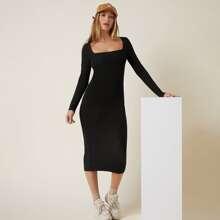 Figurbetontes Kleid mit quadratischem Kragen