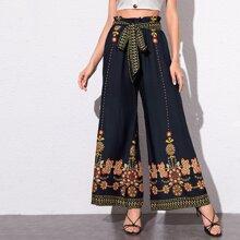 Hosen mit Blumen Stickereien und weitem Beinschnitt