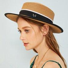 Sombrero de paja con diseño de letra metalica