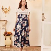 Nachtkleid mit Blumen Muster, Ose Stickerieen und Ruesche