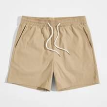 Einfarbige Shorts mit schraegen Taschen und Kordelzug aud Taille