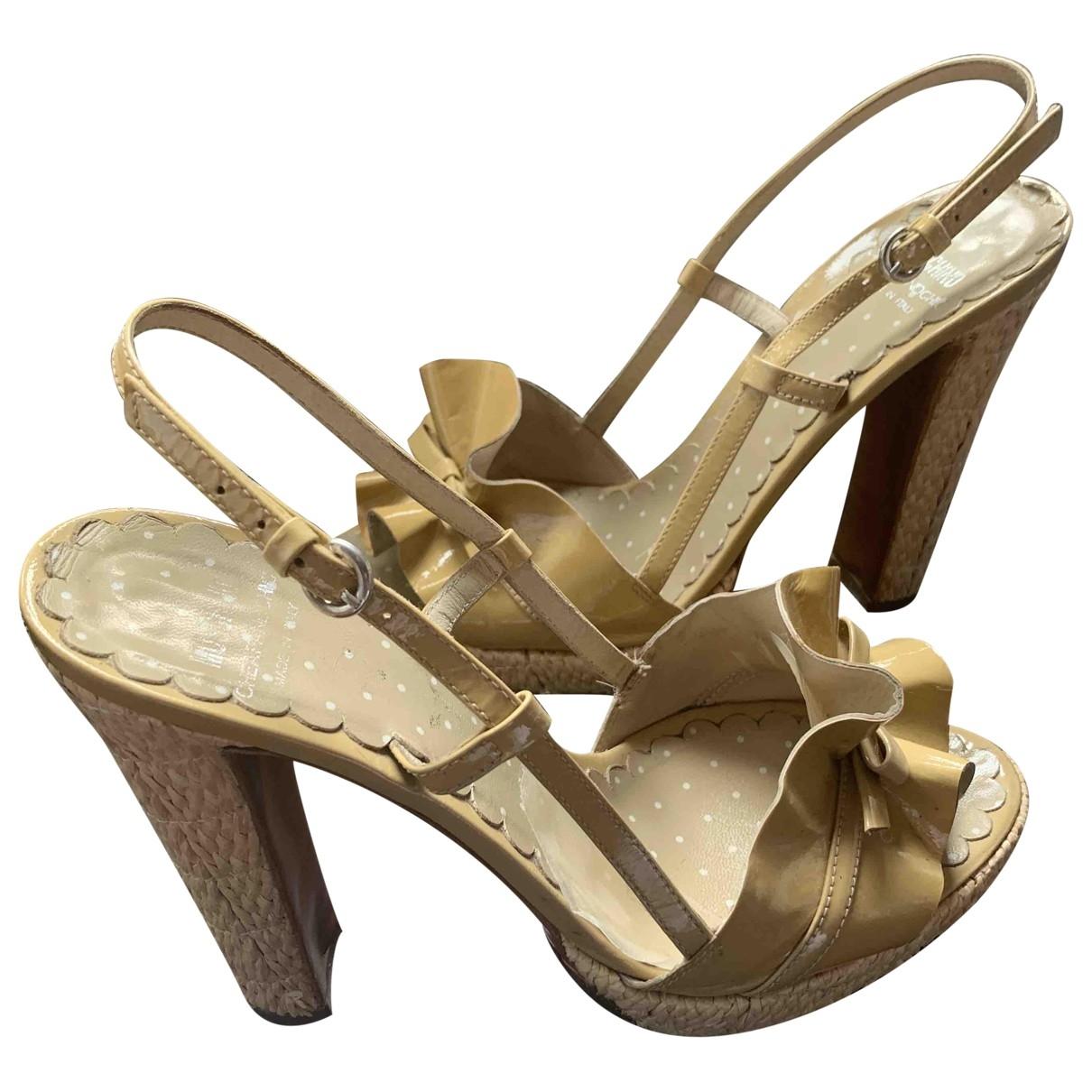 Moschino Cheap And Chic - Sandales   pour femme en cuir verni - beige