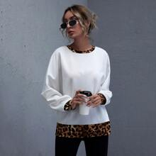 Pullover mit Kontrast Leopard Muster und sehr tief angesetzter Schulterpartie