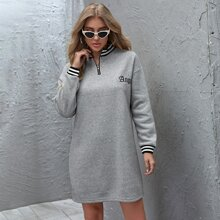 Sweatshirt Kleid mit Buchstaben Stickereien, seitlichem Streifen und halber Knopfleiste