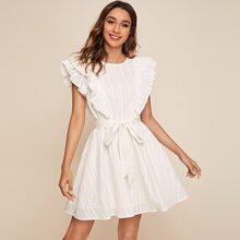 Texturiertes Kleid mit Raffungsaum und Guertel