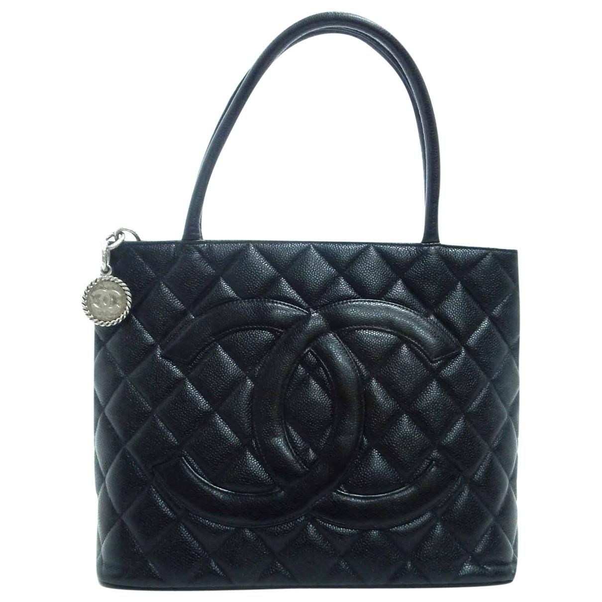 Chanel Medaillon Handtasche in  Schwarz Leder
