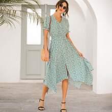 Kleid mit Blumen Muster und Zipfelsaum