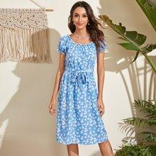 Kleid mit Rueschenbesatz, Guertel und Bluemchen Muster