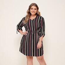 Kleid mit buntem Streifen und gerollten Ärmeln