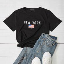 Camiseta con estampado de letra y bandera