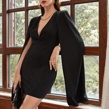 Einfarbiges Kleid mit tiefem Kragen und Umhang