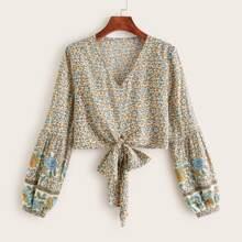 Crop Bluse mit Bluemchen Muster und Knoten am Saum