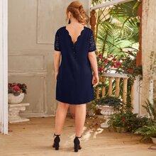 Kleid mit Bogenkante, Knopfen hinten und Spitzen auf Ämeln