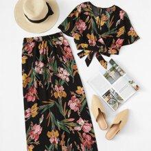 Top mit Blumenmuster, Knoten und Hosen mit weitem Beinschnitt