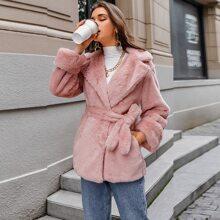 Mantel mit eingekerbtem Kragen, Guertel und Kunstpelz