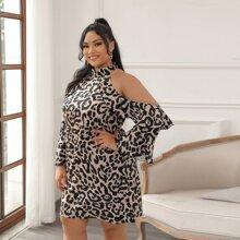 Schulterfreies Kleid mit Leopard Muster und Rueschenbesatz
