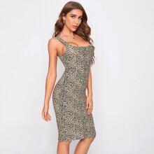 Figurbetontes Kleid mit niedriger Rueckseite und Leopard Muster