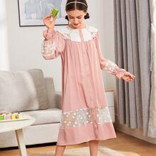 Nachtkleid mit Kragen, Ruesche, Manschetten und Stickereien