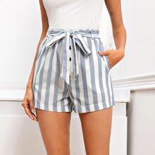 Shorts mit Streifen, Knopfen vorn und Guertel