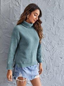 Einfarbiger Pullover mit Rollkragen und Schlitz am Saum