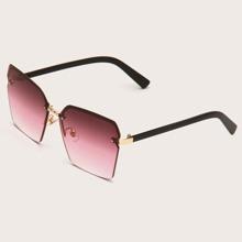 Sonnenbrille mit irregulaeren Geo Rahmen und getonten Linsen