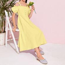 Schulterfreies Kleid mit Rueschenbesatz und Knopfen vorn
