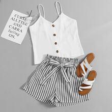 Cami Top mit Knopfen vorn & Shorts mit vertikalem Muster und Guertel