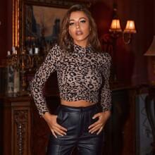 Camiseta corta de leopardo con fruncido de leopardo de cuello alto
