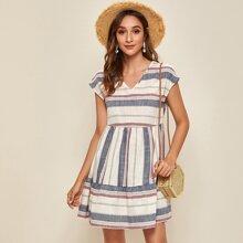 Kleid mit Schosschemsaum und Streifen