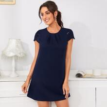 Kleid mit Falten Detail, Bogenkante und Laserausschnitt