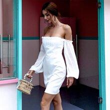 Schulterfreies Kleid mit Laternenaermeln und Rueschenbesatz