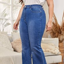 Jeans mit hoher Taille, schraegen Taschen und ausgestelltem Beinschnitt