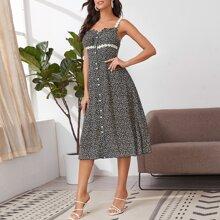 Kleid mit Spitzen, Knopfen vorn, Rueschenbesatz und Gaensebluemchen Muster