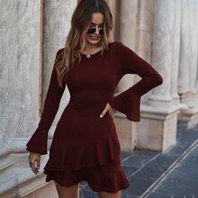 Einfarbiges Kleid mit Schosschenaermeln und mehrschichtigen Saum