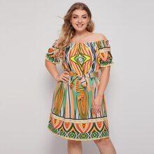 Schulterfreies Kleid mit Stamm Muster, Rueschen und Guertel