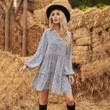 Kleid mit eingekerbtem Kragen und Bluemchem Muster