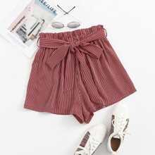 Shorts mit Papiertasche um die Taille, Guertel und Streifen