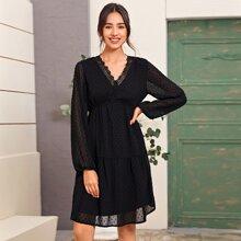 Kleid mit Punkten Muster und Kontrast Spitzen