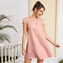 Kleid mit Schluesselloch am Kragen, Bogenkante und Leiterausschnitt