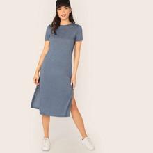 Einfarbiges Kleid mit kurzen Ärmeln und Schlitz
